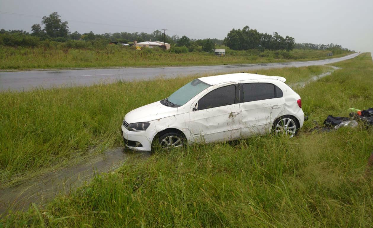 Este auto terminó en el cantero central, visiblemente anegado por el agua de lluvia.