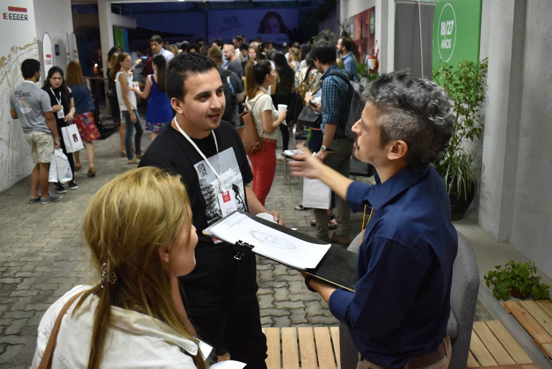 Apenas terminó su charla en Concordia y Ramiro ya interactuó con el público: les hizo caricaturas.
