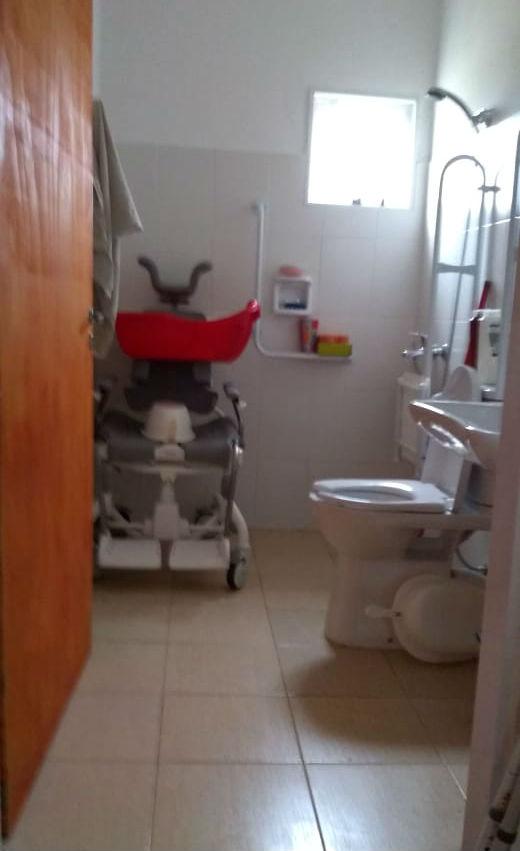 Así de amplio es el baño que actualmente tienen.