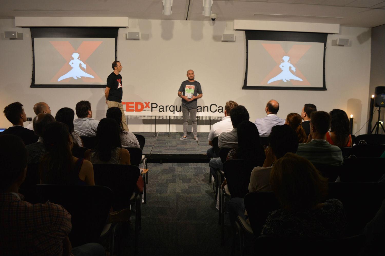 El público, atento a lo que Adrián tenía para contarles durante la charla en TEDx Parque San Carlos.