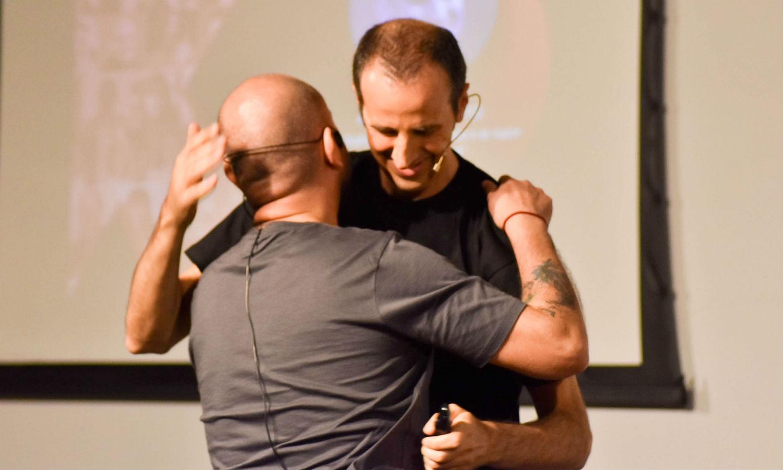 Abrazo final con el presentador Alejandro Giano, tras la charla.