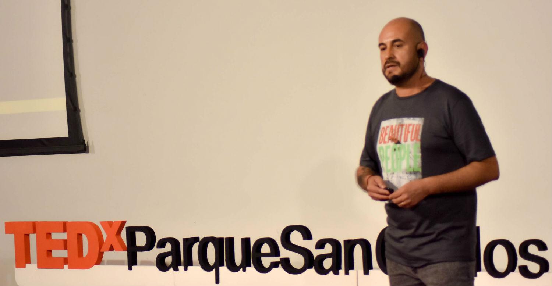 El orador definió su presentación como una historia de desarrollo y transformación personal.