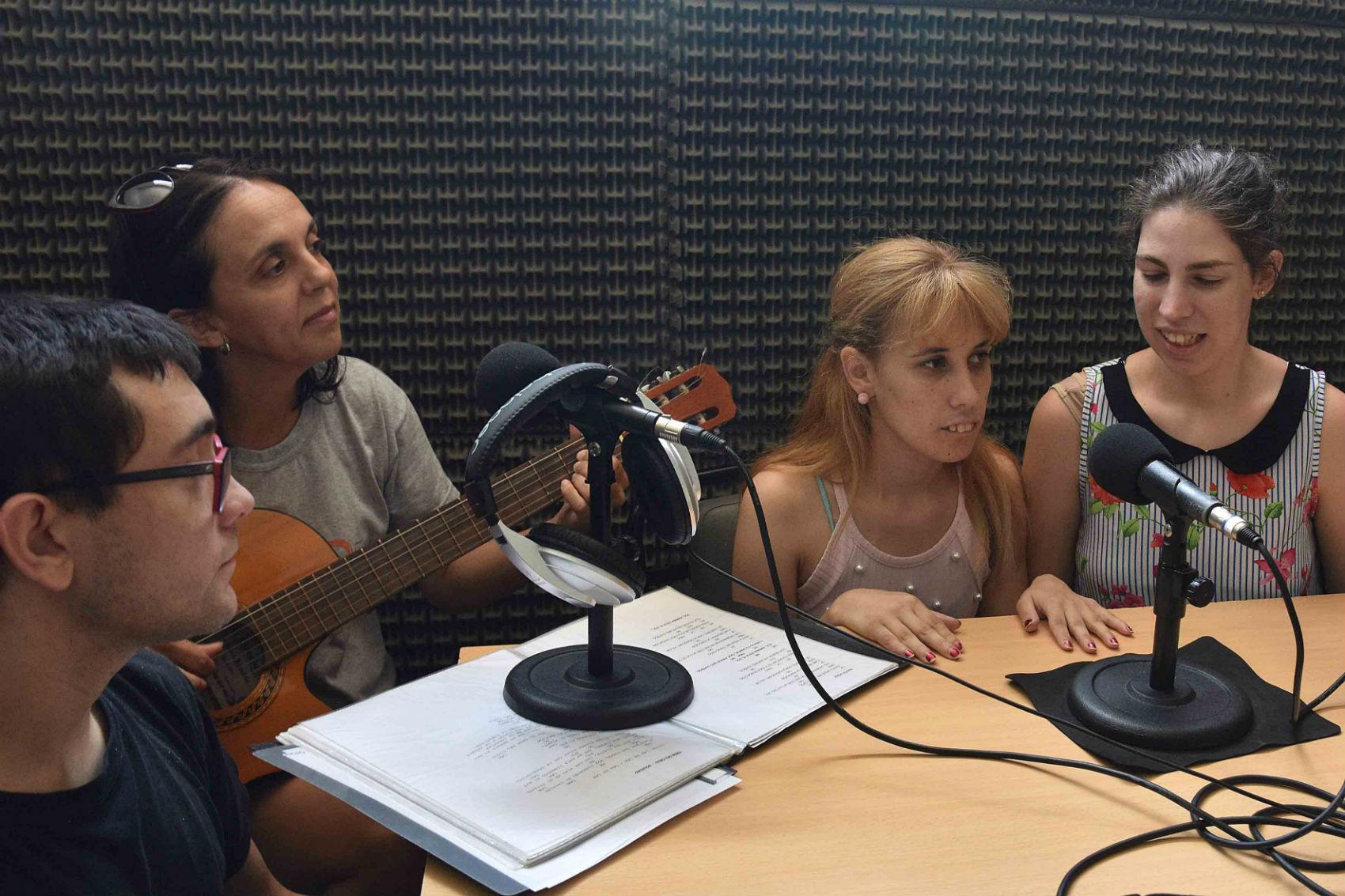 Los integrantes de la banda de la escuela El Solar, en Radio 12.