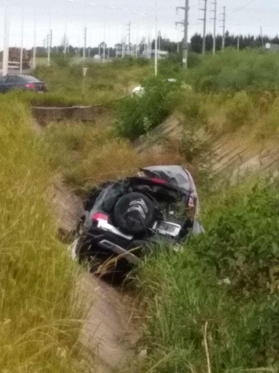 En la zanja central de la autovía quedó la Citröen que protagonizó el accidente (foto: Chajarí al Día).