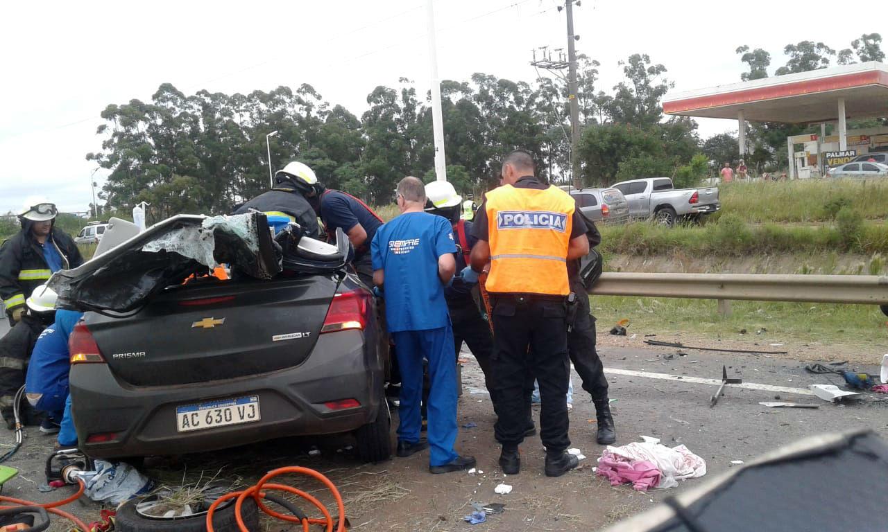 Bomberos Voluntarios de Chajarí rescataron sobrevivientes, que iban en el Chevrolet (foto: Chajarí al Día).