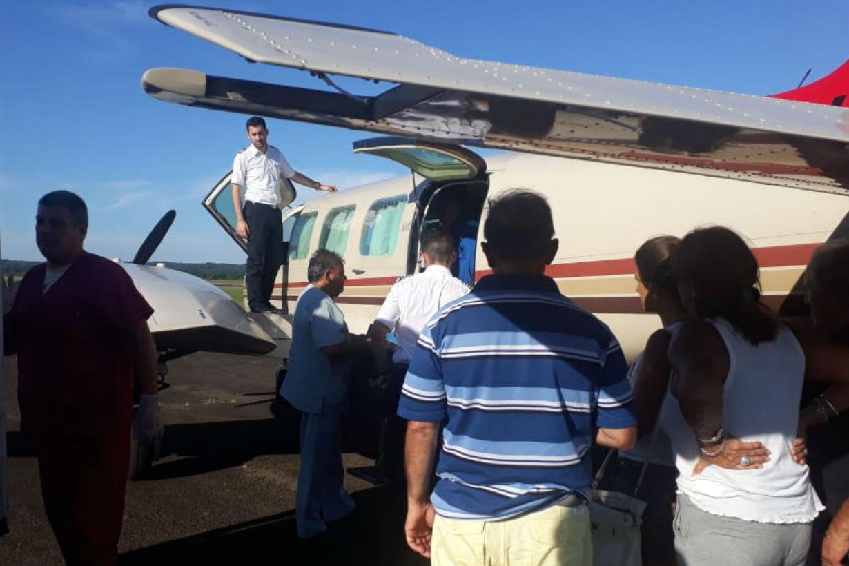 Cerca de las 18 el avión estaba listo para partir y la familia acompañaba a la pequeña