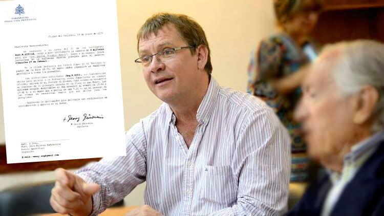El diputado provincial Daniel Koch, con la carta que recibió de la Santa Sede.