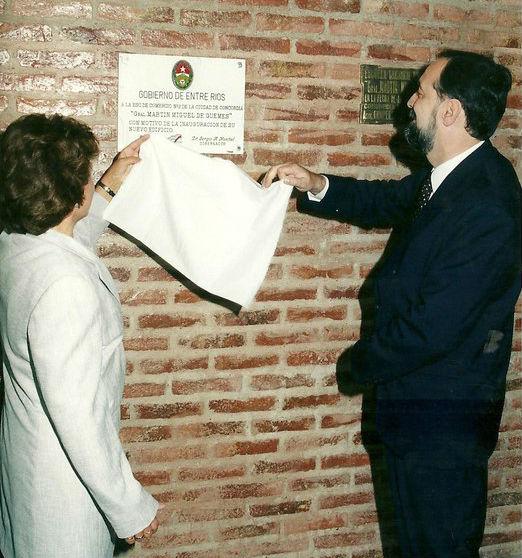 2000: el ministro de Gobierno Enrique Carbó estuvo en la inauguración de la escuela Comercio 2, en Concordia.