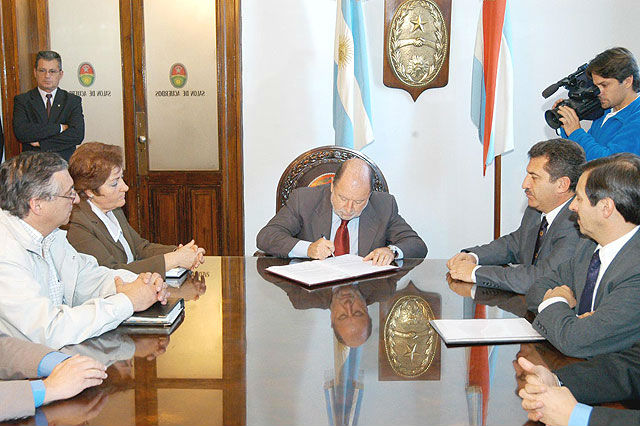 8 de septiembre de 2005: el gobernador Busti y su ministro Urribarri firman acuerdo con los docentes.
