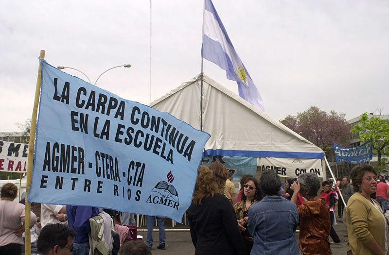 Frente a Casa Gris, en 2006 AGMER emplazó la denominada carpa docente de la dignidad.
