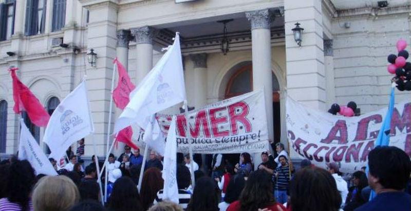 Movilización provincial frente a Casa Gris, también en el último año de la primera gobernación de Urribarri.