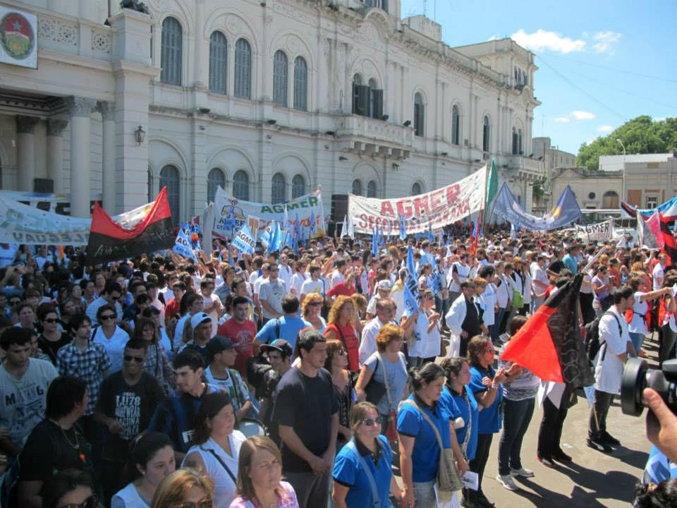 Otra vista de la multitudinaria movilización del 5 de marzo, en las puertas de la Casa de Gobierno.