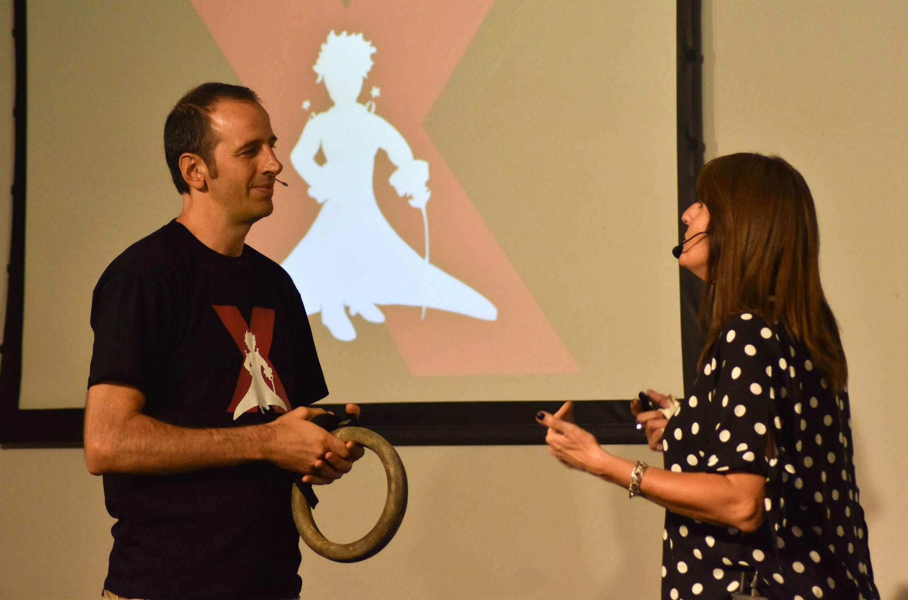 El Principito detrás, en el logo de Parque San Carlos que organizó el evento TEDx en Concordia.