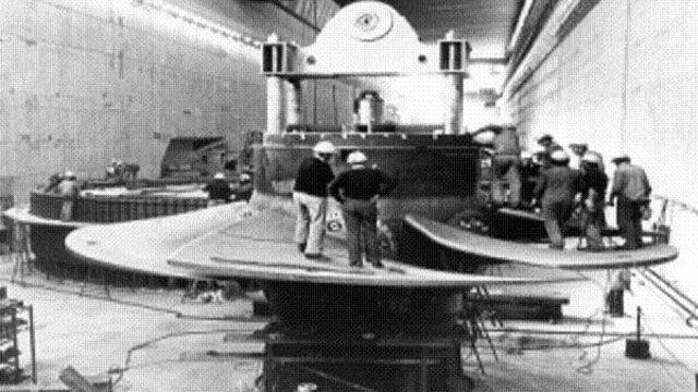 Las turbinas, en plena puesta en su lugar: el último hidrogenerador empezó a funcionar en mayo de 1983.