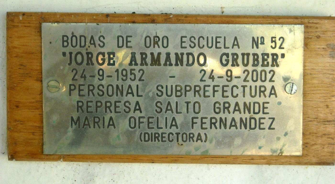 Los primeros 50 años, ya con el nombre del ex combatiente grabado en la placa.