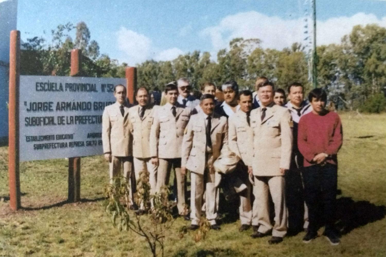 Aquella foto: Jorge Gruber (primero de uniforme a la derecha) con sus compañeros en la escuela que luce su nombre.