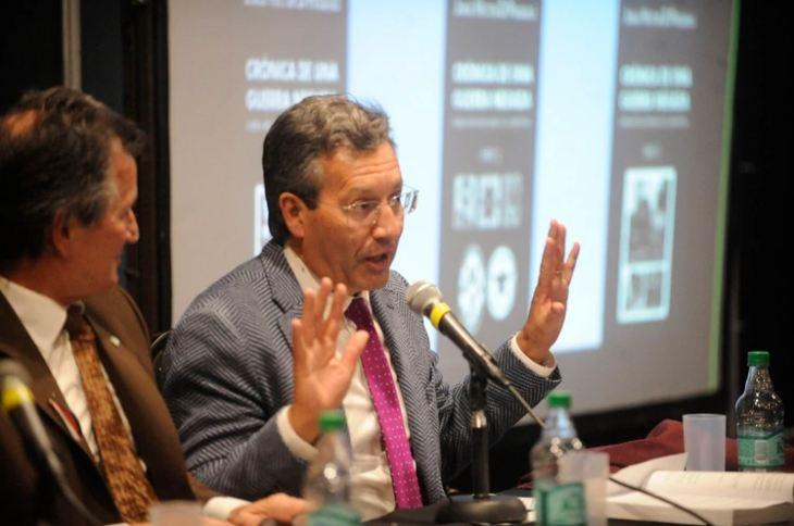 El entrerriano hablando en la presentación, junto a Pedro Güiraldes, hijo del comodoro Güiraldes.