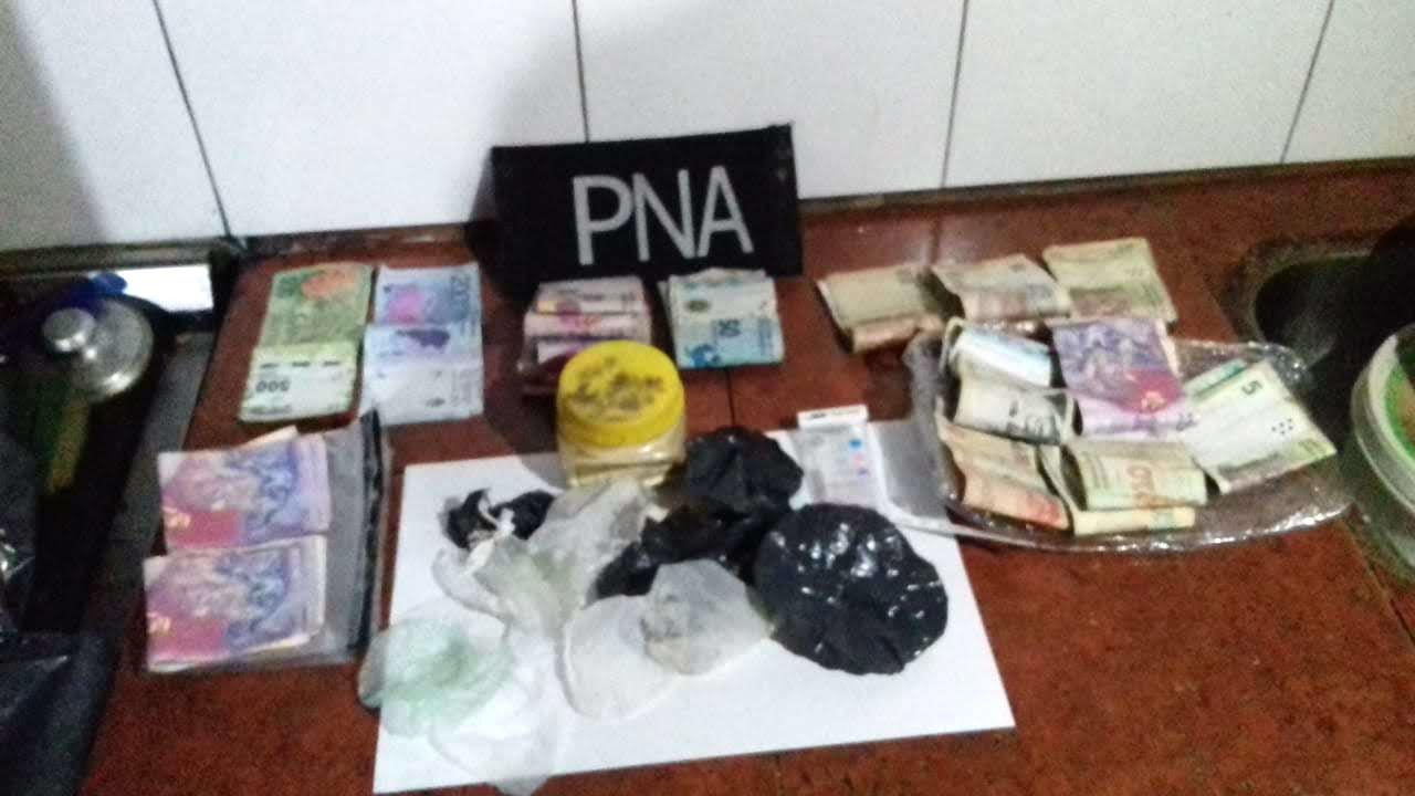 Además de un detenido, el operativo concluyó con dinero y cocaína secuestrada, entre otros elementos.