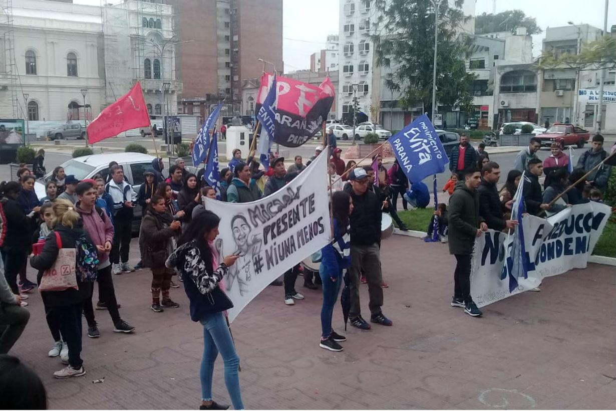 Antes de conocerse el pedido de prisión perpetua para Pavón, agrupaciones se manifestaban contra la revisión de la condena frente a los tribunales de Paraná (Foto: Tomás Bodean/EER).