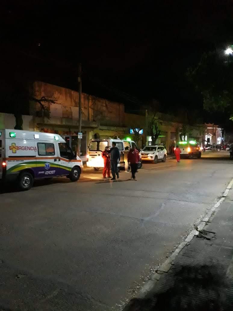 Ambulancias y demás vehículos asistieron al incendio de proporciones (foto: Daiana Robol).