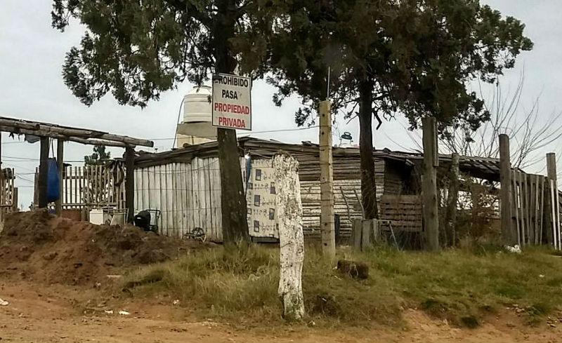 El cartel que indica que allí hay una propiedad privada, justo donde hace unos días ocurrió la fatalidad.