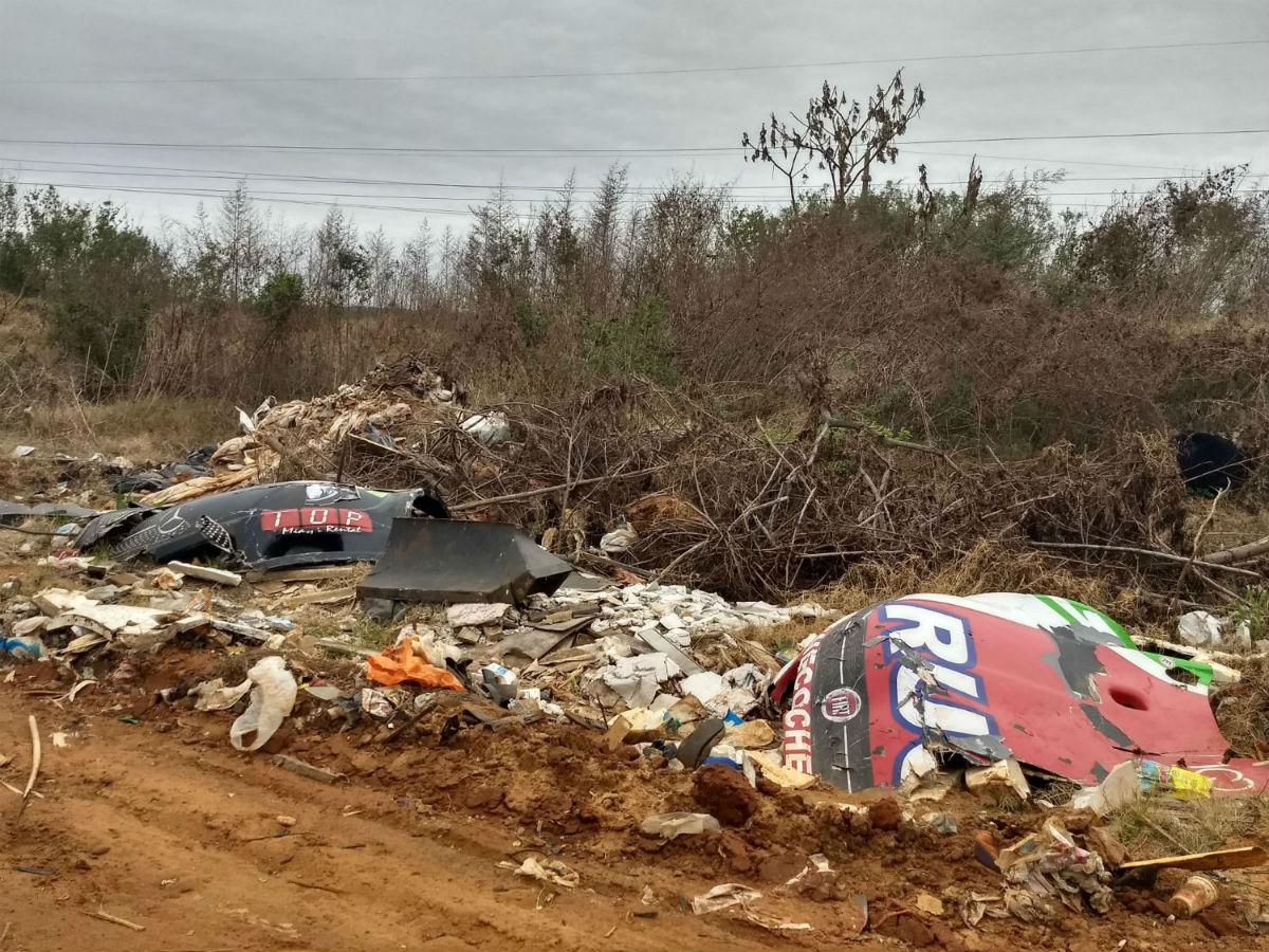 Restos de lo que fueron piezas de autos de carrera, a la vera de otra calle del basural.