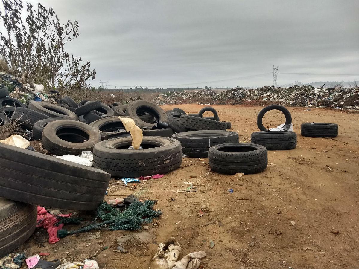 Decenas de neumáticos, también forman parte del desolador paisaje de El Abasto.