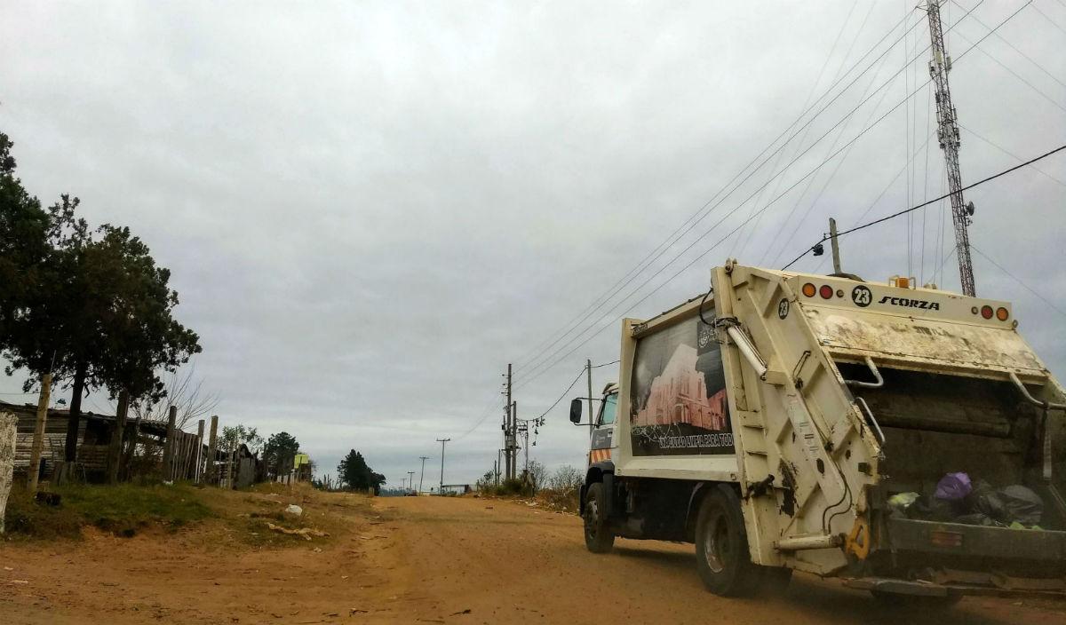 Un camión recolector de residuos pasa frente a donde vivía Alejandra.