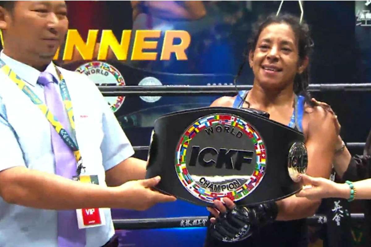 Laura recibió el cinturón de campeona mundial