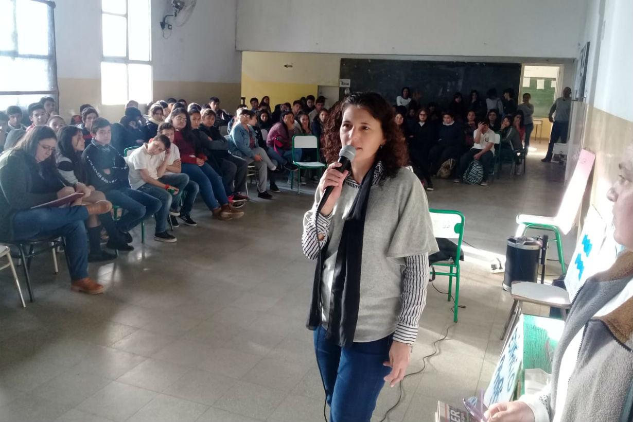 La docente, hablando ante los alumnos