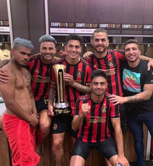 Remedi con algunos de los argentinos y el venezolano Martínez con el trofeo.