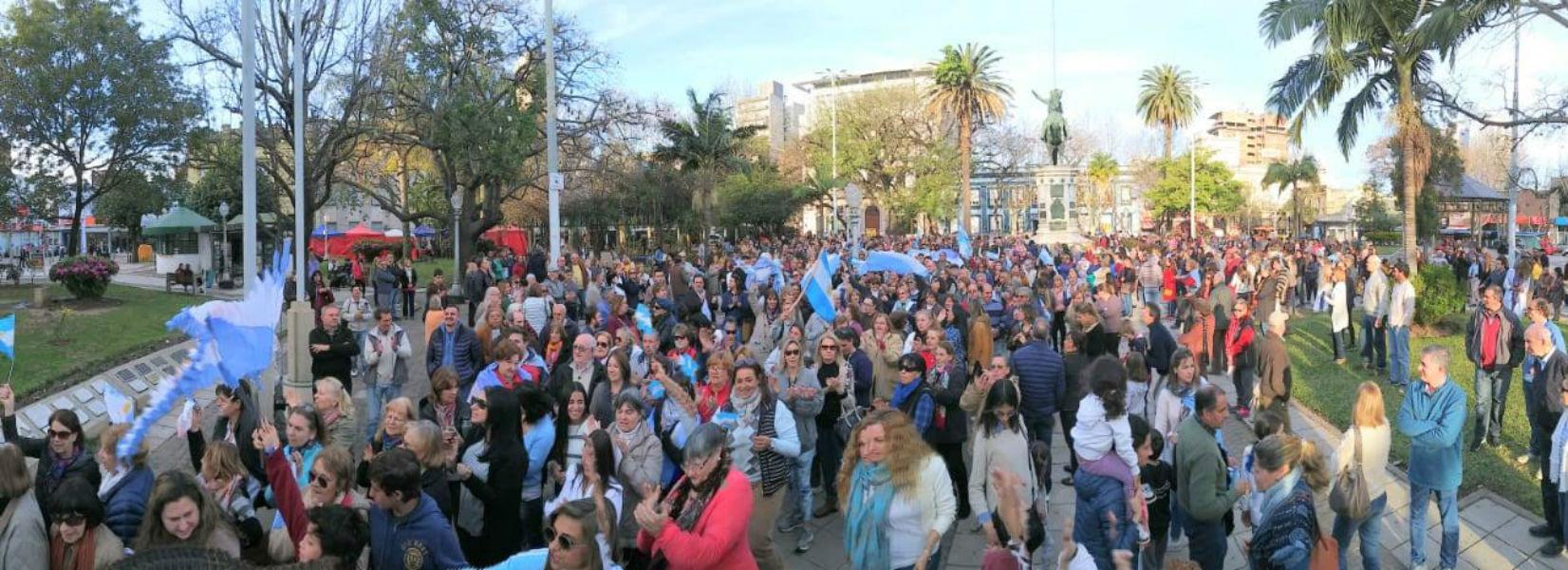 La multitud se reunió en la plaza
