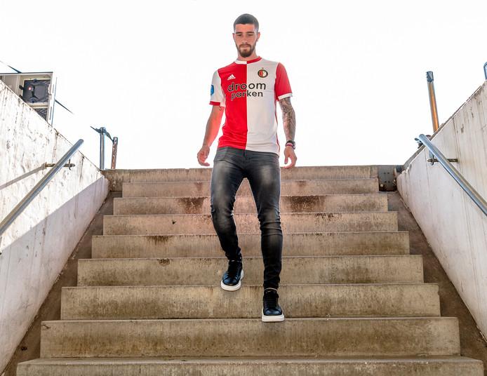 Llegó, firmó contrato, se sacó fotos y volvió al avión para entrenar con la selección argentina sub 23.