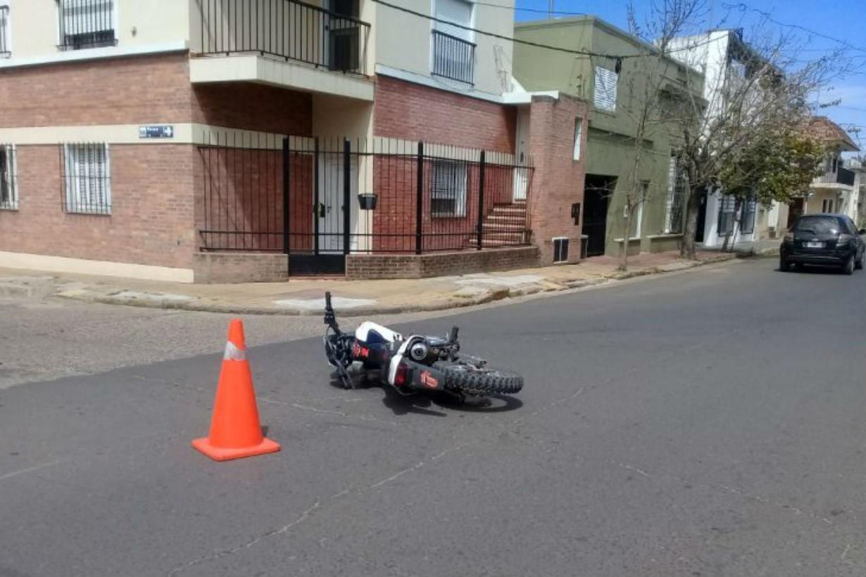 La moto quedó tirada en la intersección de Paraná y Urquiza (Crédito: Ahora)