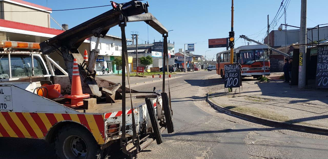 Personal de la Central de Tránsito asistió a la circulación vehicular, donde confluyen dos avenidas.