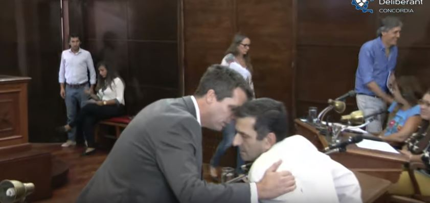 El intendente Enrique Cresto, hablando con Armanazqui en medio de la sesión. Al costado  (de camisa azul) el asesor contable del municipio, Álvaro Sierra