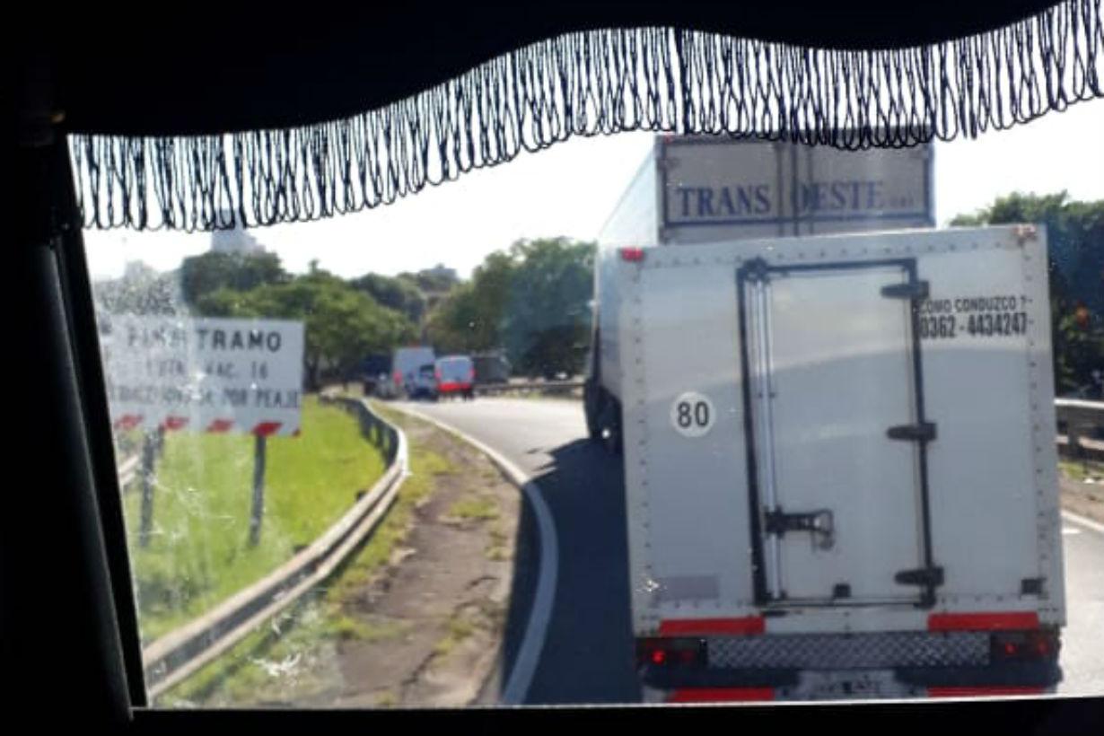 Unas 2 horas debió esperar este camionero, hasta que le tomaron la temperatura, en el cruce de Corrientes a Resistencia.