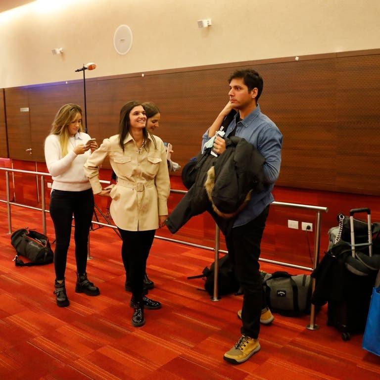 Ernestina Angarola (centro) regresó anoche al país procedente de Zurich.