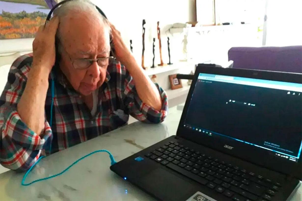 Eriberto escuchando a su nieta