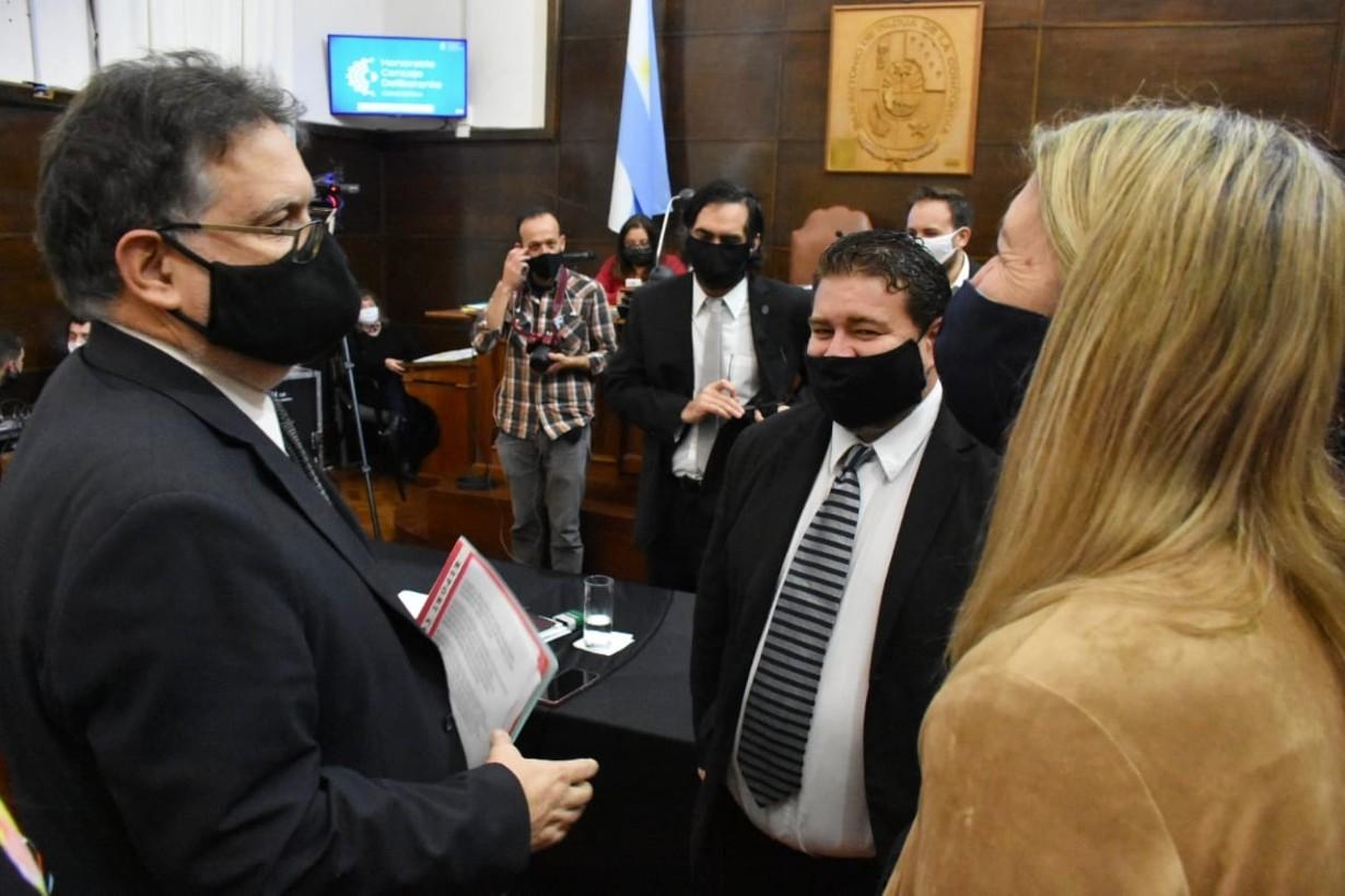 Francolini dialogando con algunos concejales, en el recinto del HCD de Concordia.