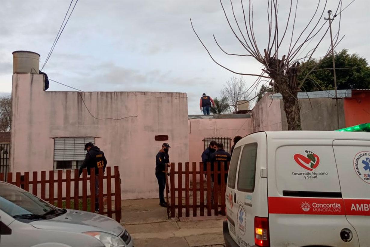 Imágenes captadas por la periodista Belén Fedullo, desde uno de los lugares allanados