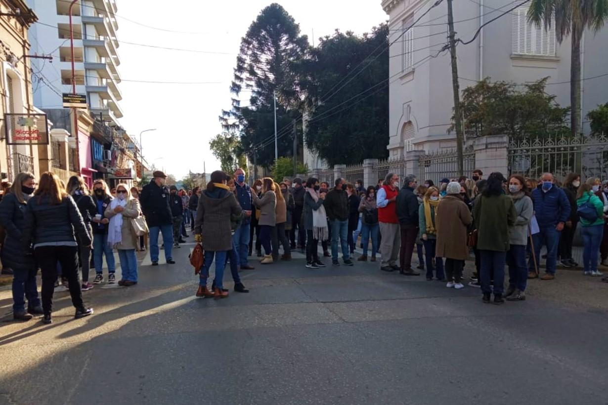 Frente a la escuela de Comercio Nº1 se concentraron familiares, amigos, ex alumnos y colegas.