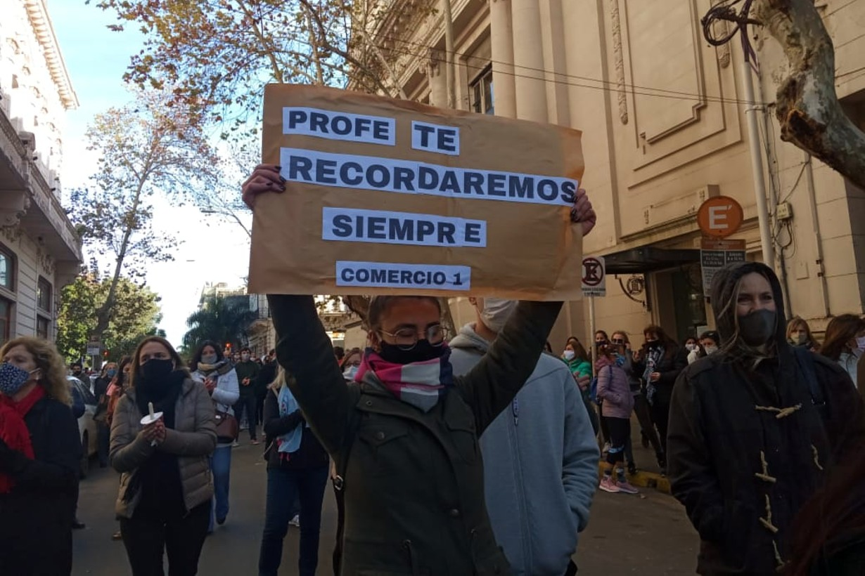 Ex alumnos también dijeron presente en la marcha por el asesinato de la profesora.