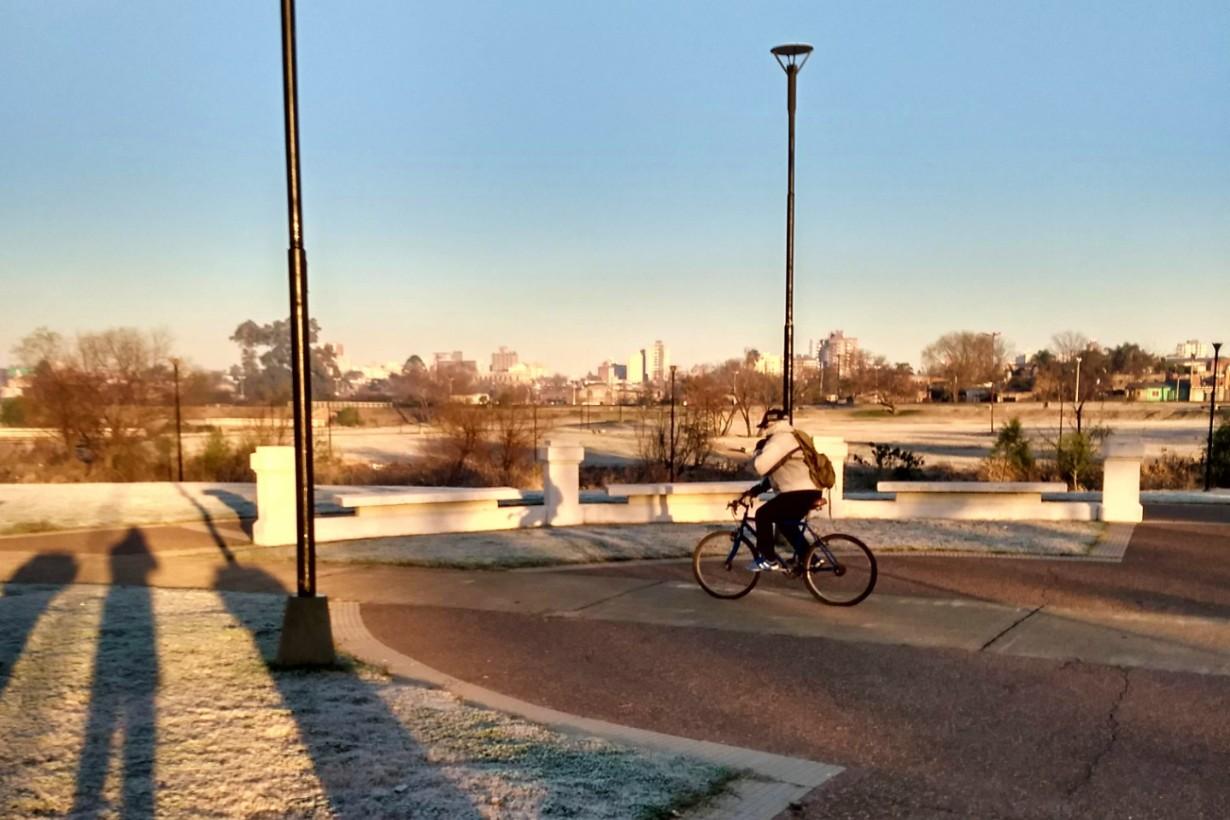 El solitario ciclista y la sombra del fotógrafo, en otro lugar rodeado de hielo (foto: EER)