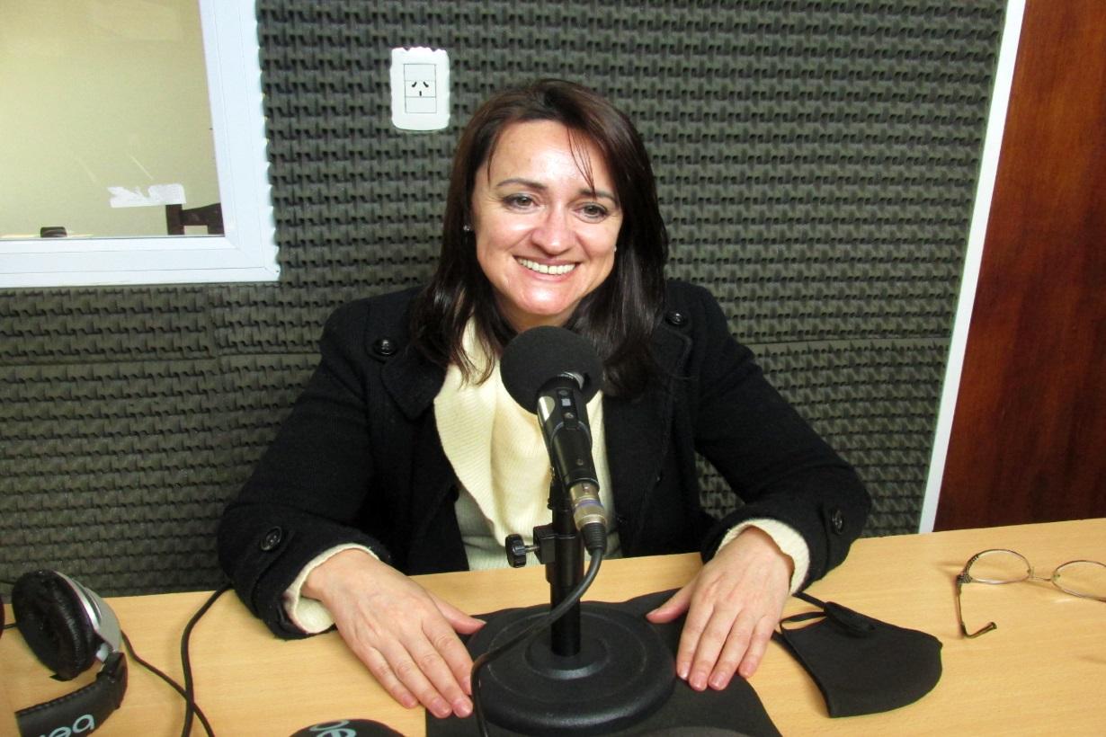 Romina Quiroz en el estudio de Radio 12, la emisora de <b>El Entre Ríos</b> en Colón.