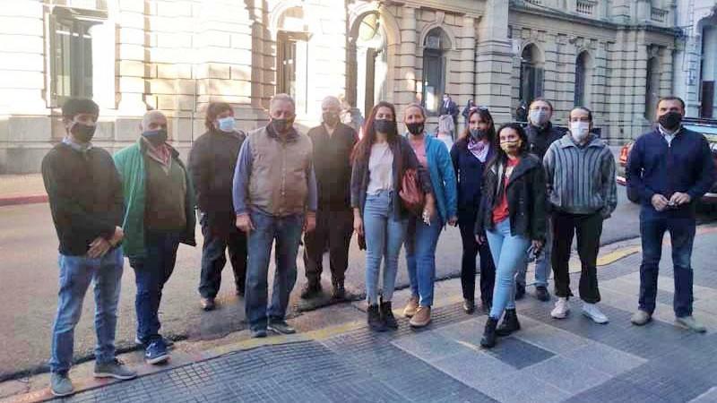 Los trabajadores de COTRAPRETEL, frente a Tribunales de Concordia.