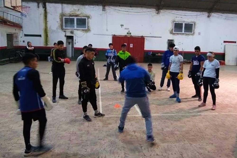 Musculito en el gimnasio del Club Defensores de Colón.