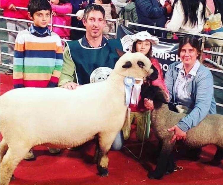 En la Exposición Rural de Palermo, Matías Márquez y su familia con un ejemplar Gran Campeón de la raza Hampshire Down (La Nación)