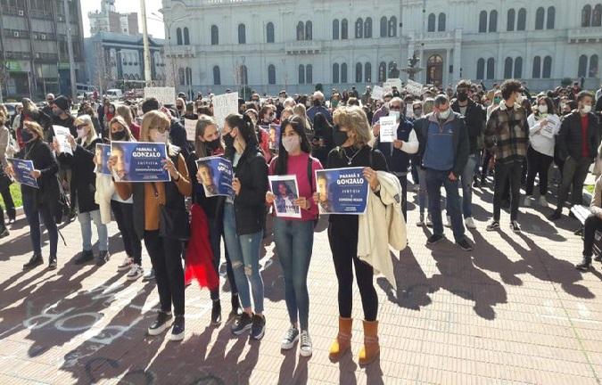 Marcha: familiares y amigos de Calleja en los tribunales de Paraná.