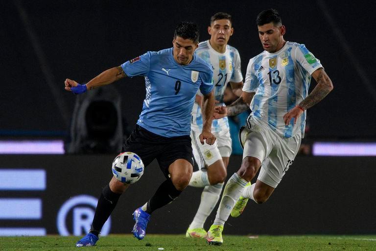 El cordobés de 23 años marcando al salteño Luis Suárez, en la última fecha de Eliminatorias.